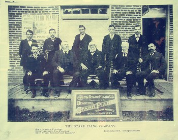 前董事長約翰·盧姆斯登、副董事長亨利·吉納特、秘書兼财務總監本傑明·斯塔爾等的合影。