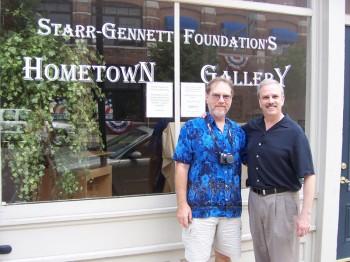 商标持有人克瑞斯万斯(左一)和斯塔尔的第5代孙约翰斯塔尔的合影(背景为斯塔尔-吉纳特基金公司)