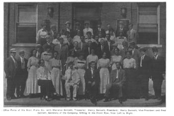 斯塔尔钢琴公司办公人员合影,前排从左到右依次为吉纳特家族的克拉伦斯、亨利、哈利、弗雷德。